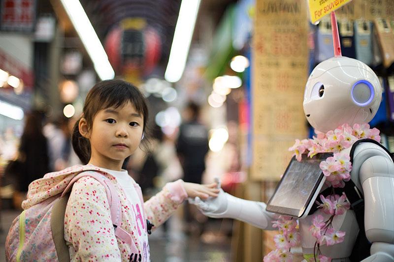 Niña y robot