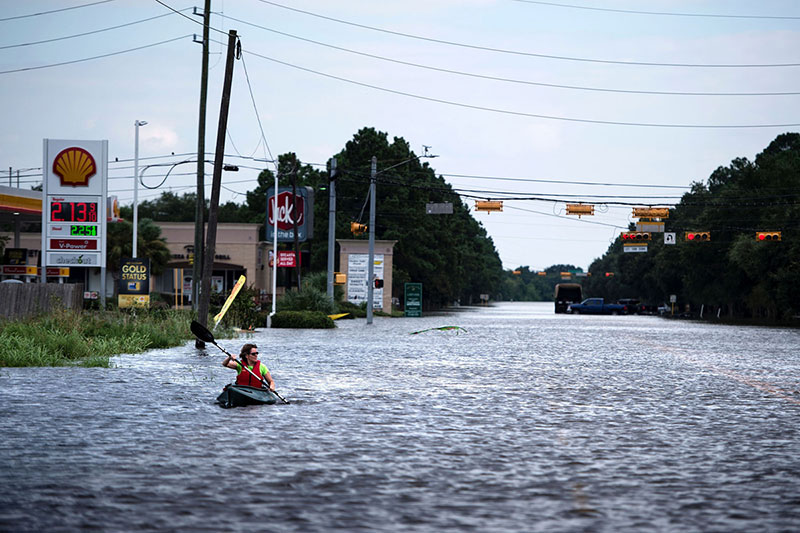 Una mujer en piragua en las calles de Houston / en The Atlantic / Brendan Smialowski / AFP / Getty