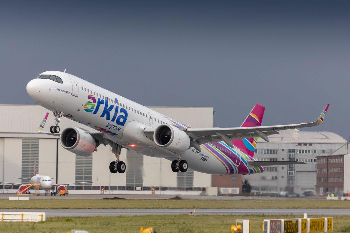 El 4X-AGH despega en su vuelo de entrega