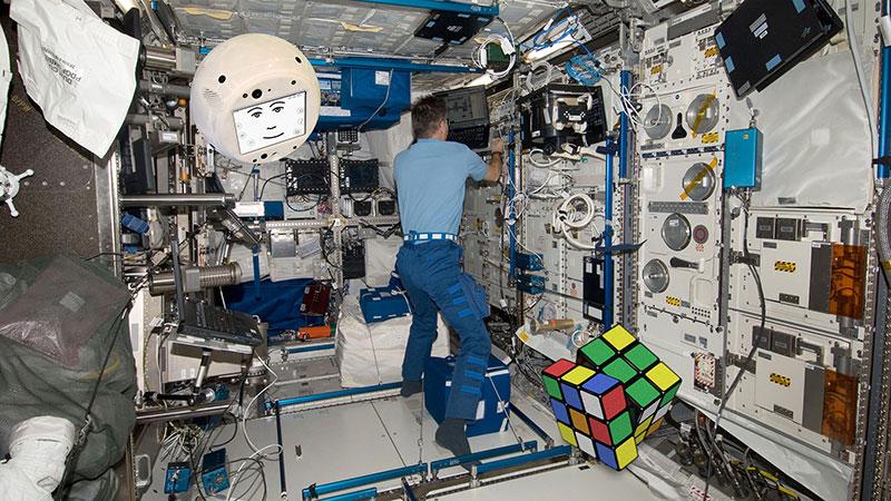 CIMON, un astronauta, y un cubo de Rubik