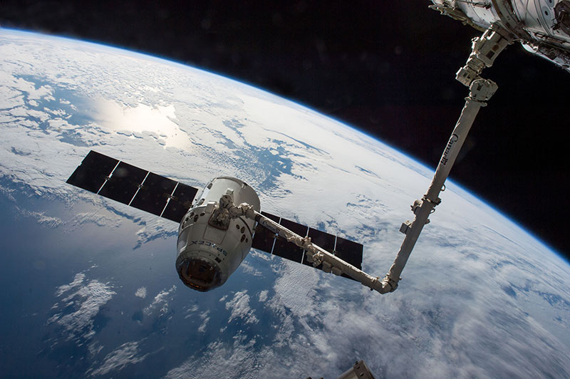 El Canadarm 2 capturando una Dragon