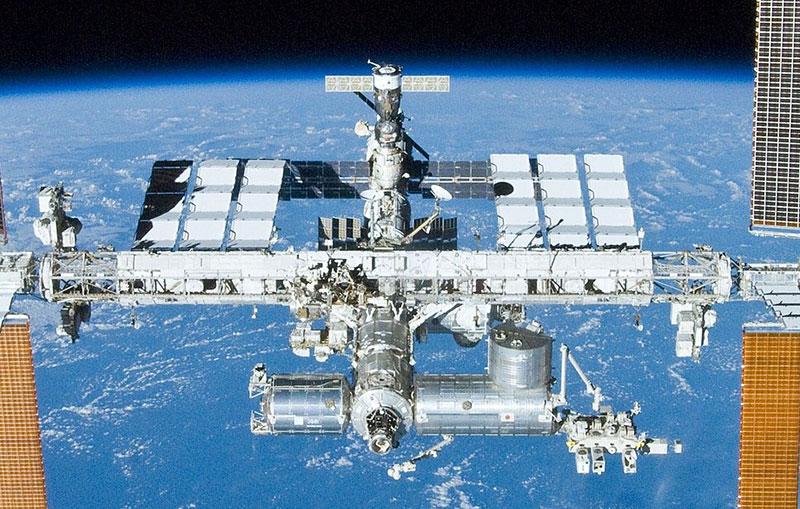 Columbus en posición frente a Kibo, el laboratorio japonés