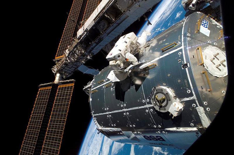 Un astronauta en el exterior de Columbus