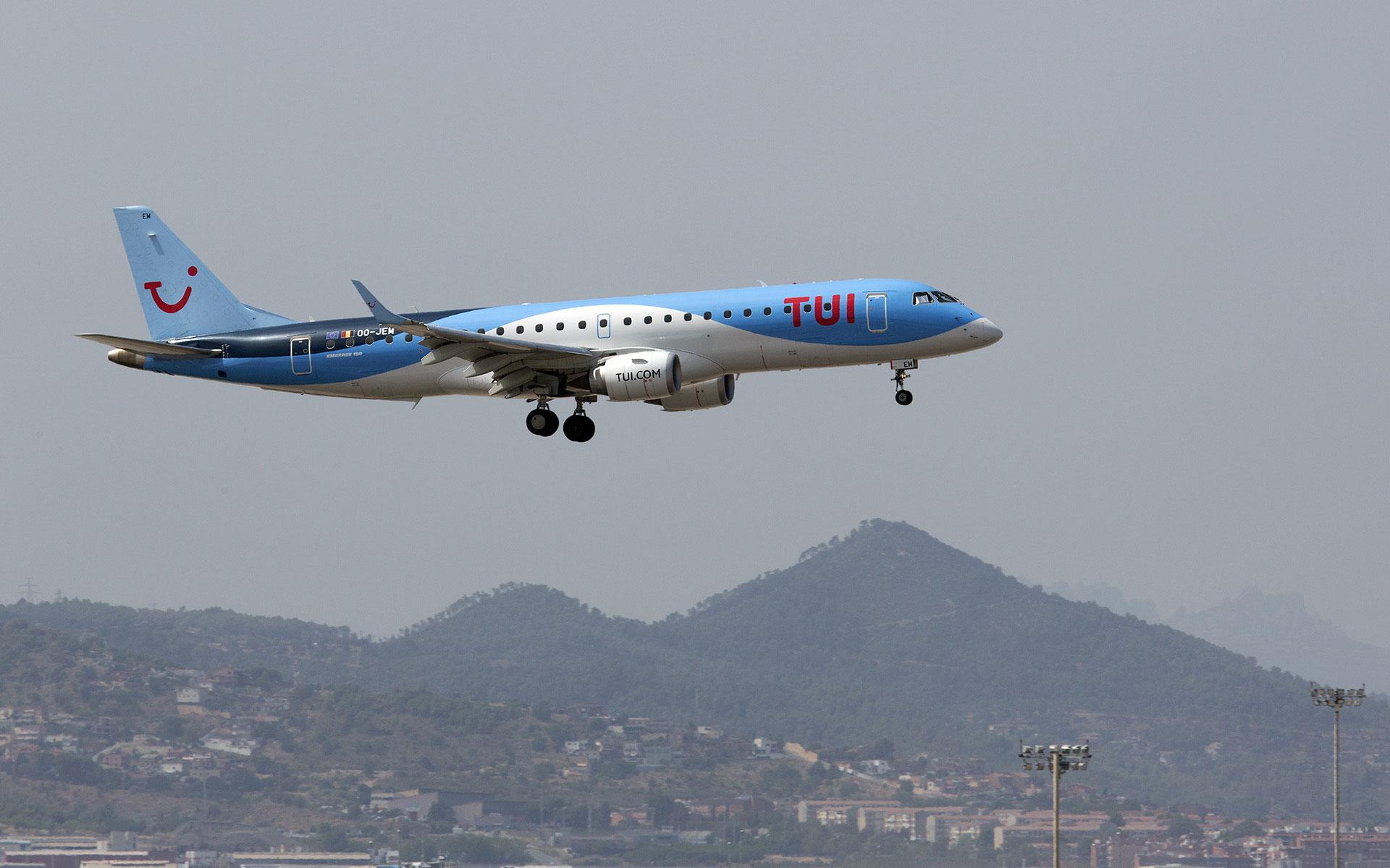 Un Embraer 190 aterrizando en Barcelona