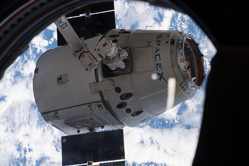 El Canadarm 2 sujetando una Dragon con una de sus «manos»