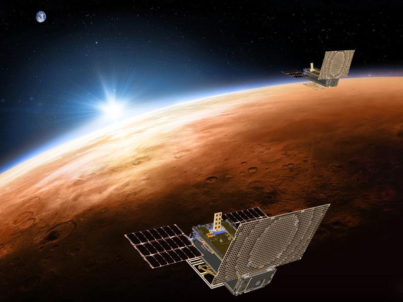 Impresión muy artística de los MarCO, Marte y la Tierra