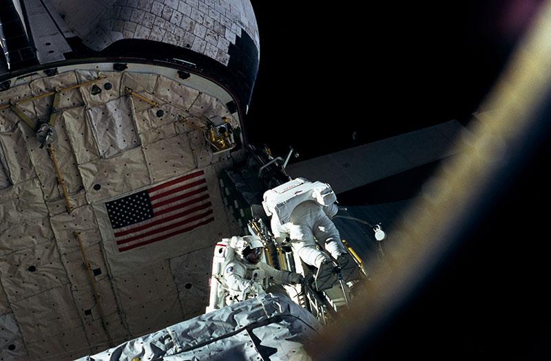 Clifford y Linda Godwin durante el paseo espacial