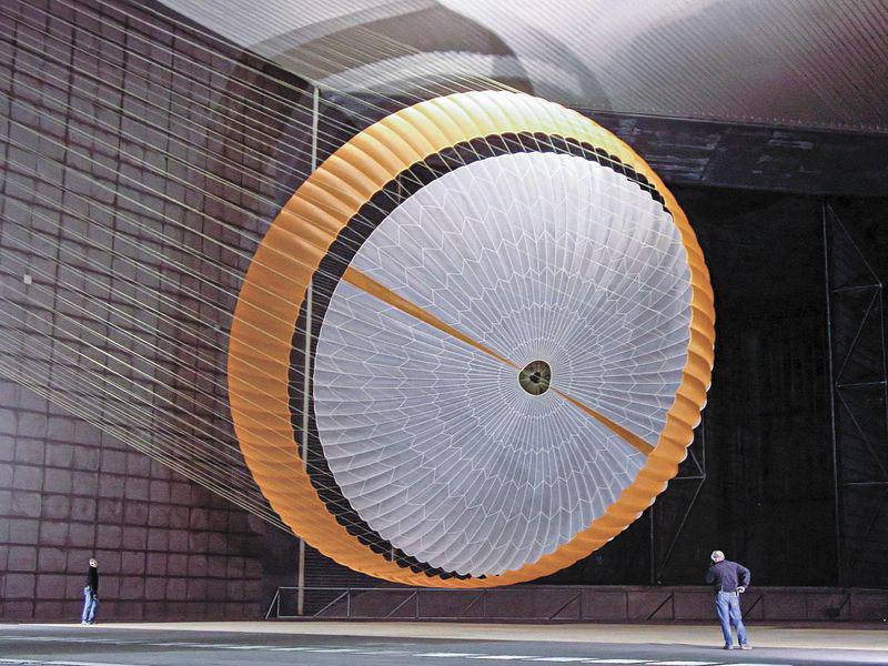 Un paracaídas como el de Curiosity en un túnel de viento