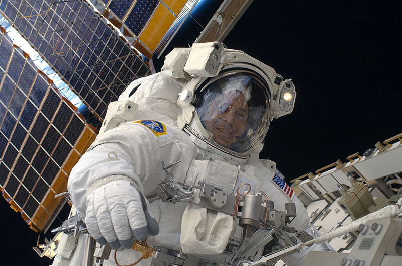 Ricky Arnold durante un paseo espacial