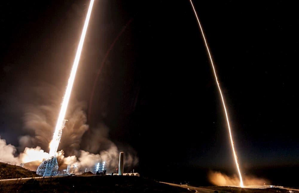 Despegue del cohete y aterrizaje de la primera etapa