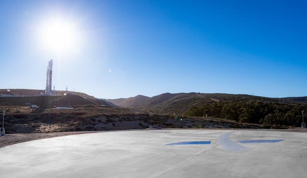 Vista del complejo de lanzamiento desde la plataforma de aterrizaje - SpaceX