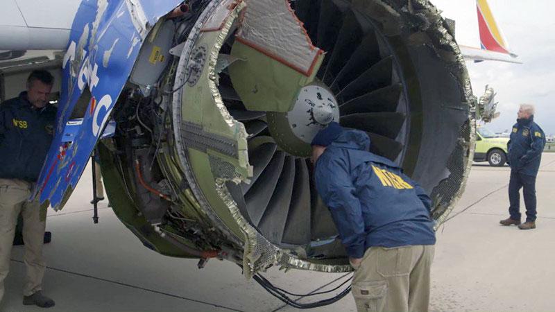 Miembro de la NTSB inspeccionando el motor