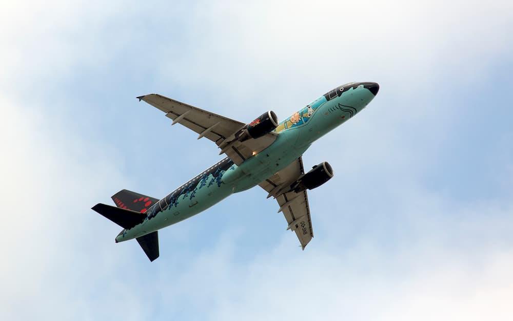 El A320 OO-SNB yéndose al aire