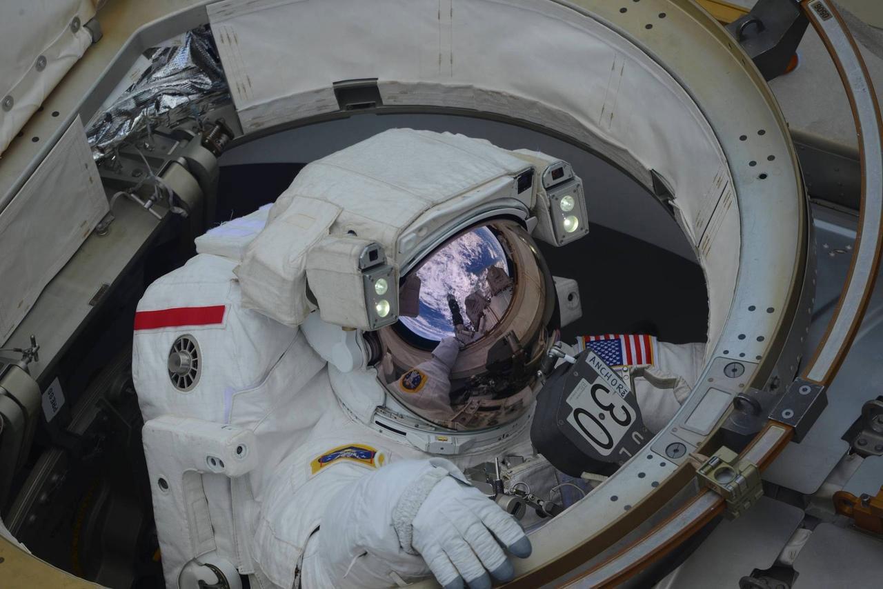 Anne McClain saliendo al espacio por primera vez