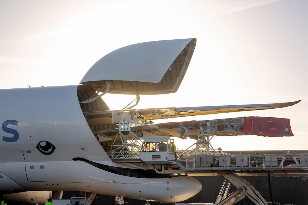 Un BelugaXL tragándose las dos alas de un A350