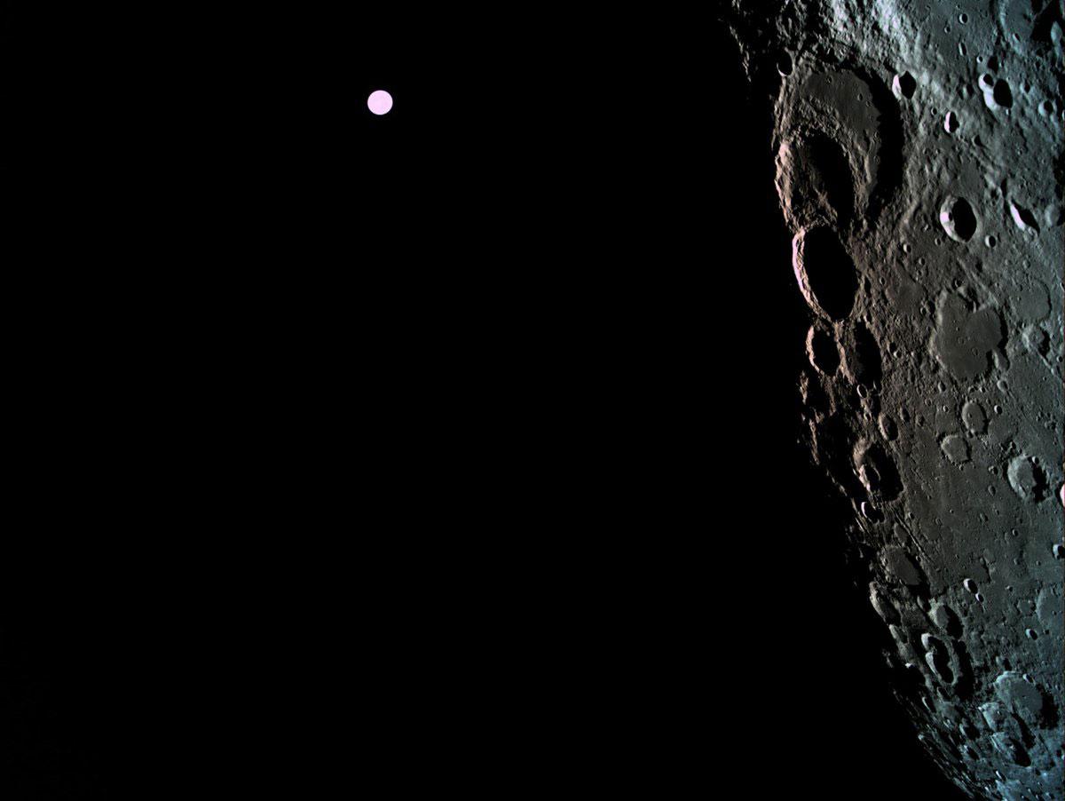 La cara oculta de la Luna con la Tierra como fondo