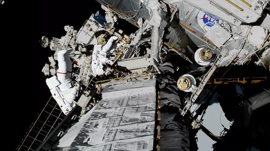 Christina Koch y Jessica Meir durante su paseo espacial