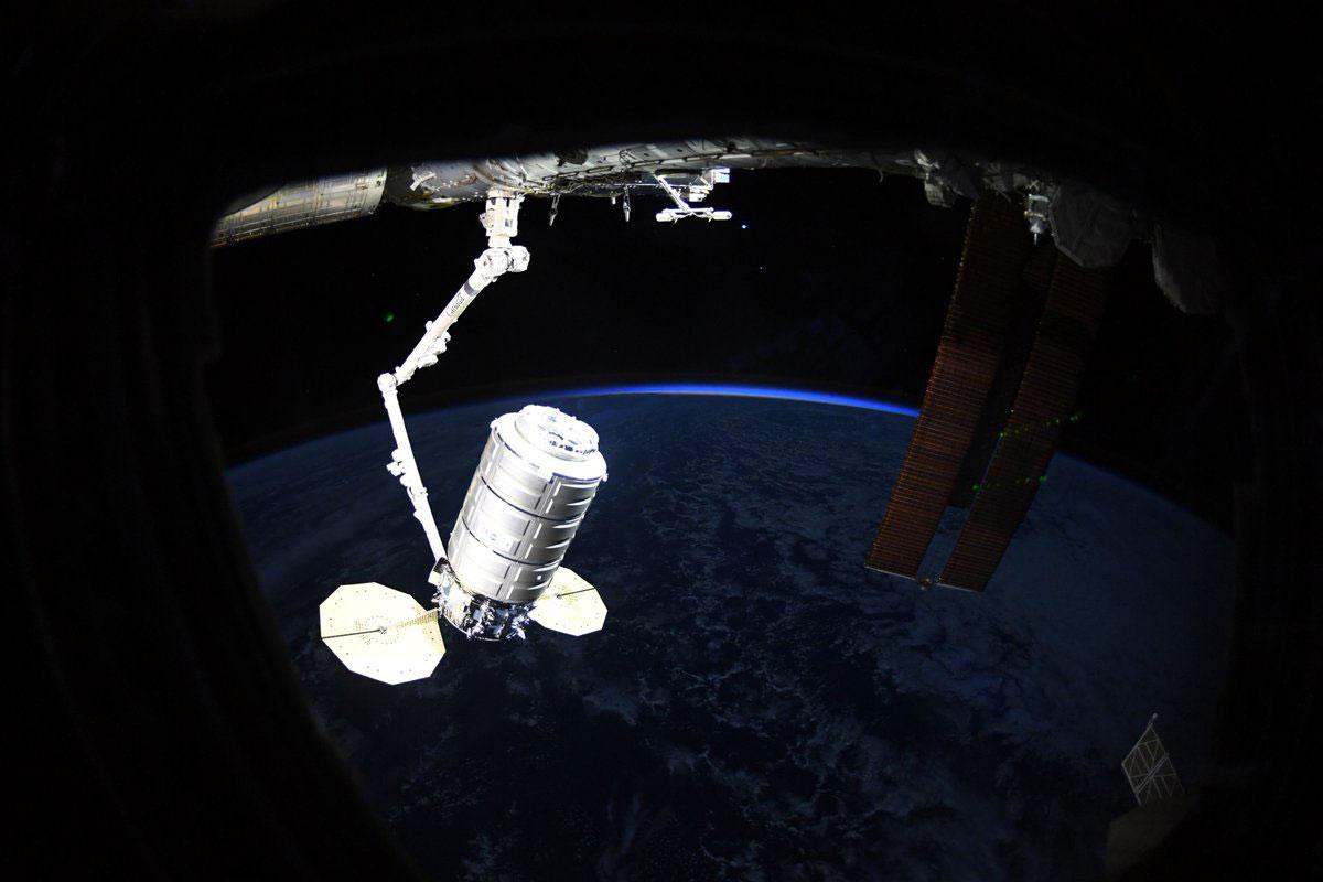 La Cygnus NG-11 tras su captura por el Canadarm 2