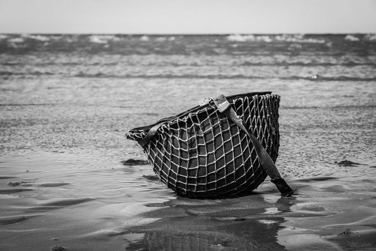 Un casco abandonado en la playa