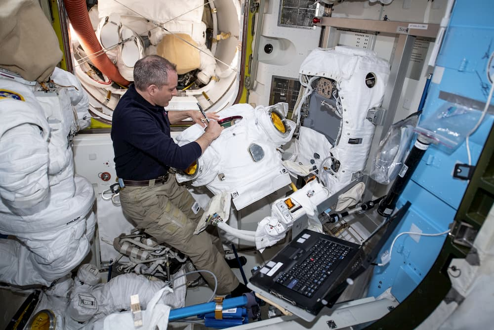 David Saint-Jacques trabajando en un traje espacial
