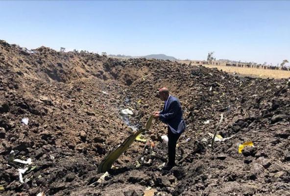 Tewolde Gebremariam, presidente de Ethiopian Airlines, en el lugar del accidente
