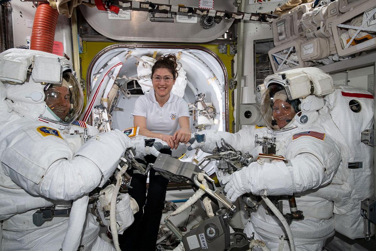 Hague, Koch y McClain antes del paseo espacial del 22 de marzo