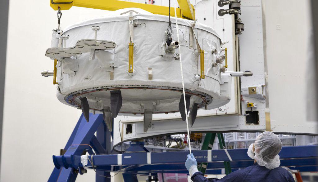 El IDA-3 colgando de una grúa