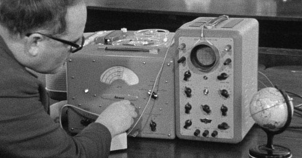 Perry a los mandos de la estación de escucha