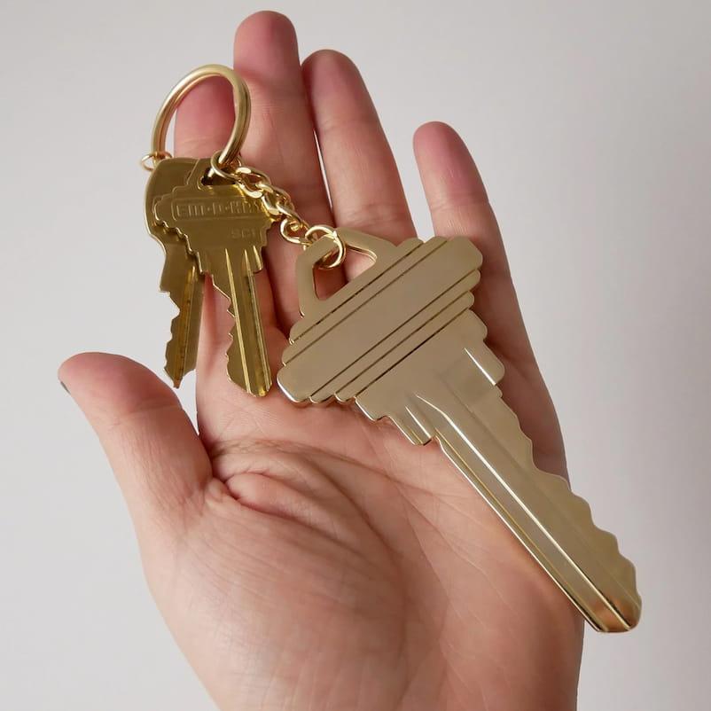 El llavero con forma de llave