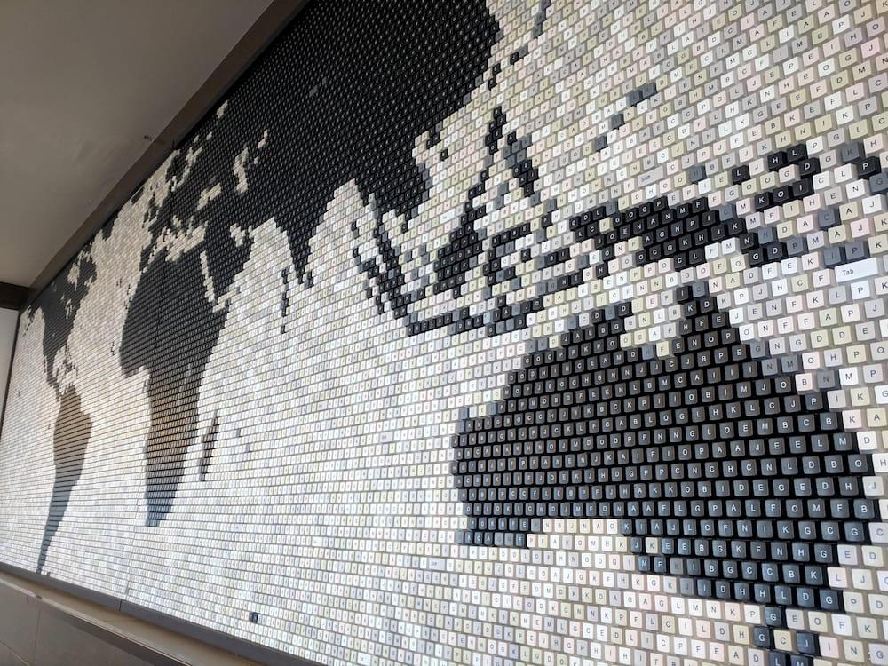 Un mural con el mapa del mundo construido con teclas de teclados / MapPorn