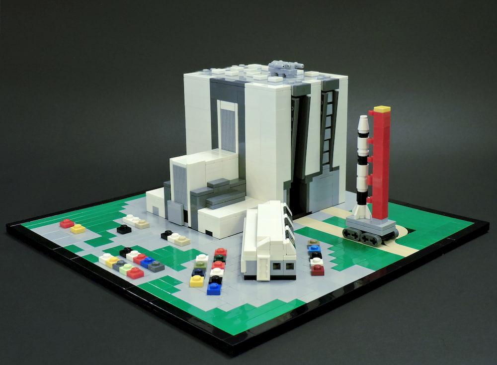 Edificio de ensamblaje de vehículos en Lego / Ryan Olson