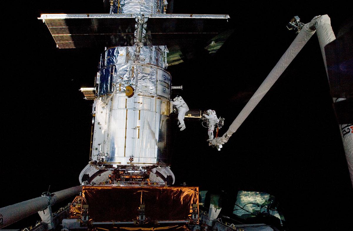 Aohn Grunsfeld y Andrew Feustel durante el quinto paseo espacial de la misión