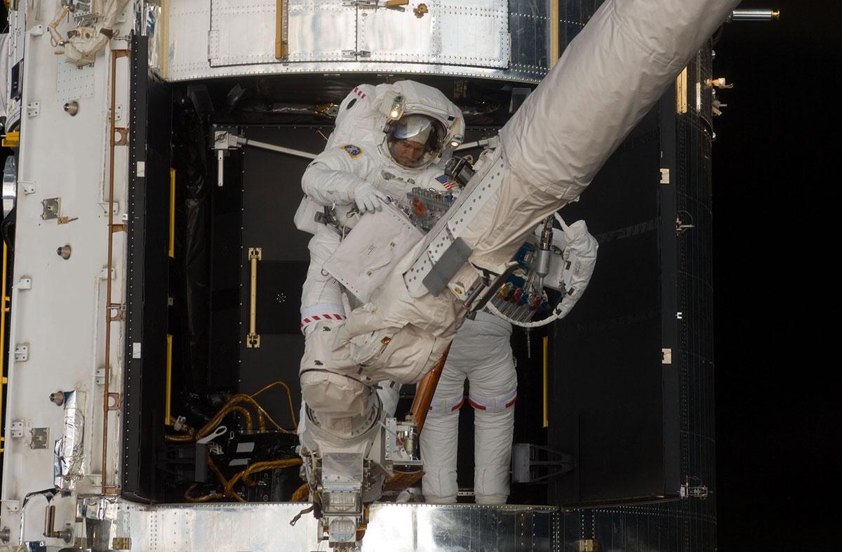 Michael Good y Mike Massimino durante el cuarto paseo espacial de la misión