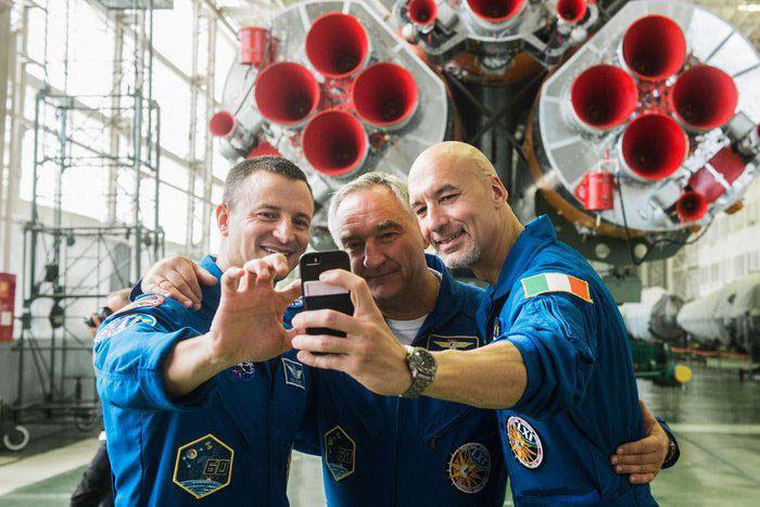 Selfie con cohete de la tripulación de la Soyuz MS-13