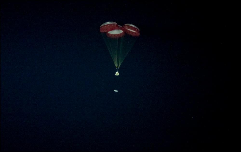 La Starliner bajo sus paracaídas