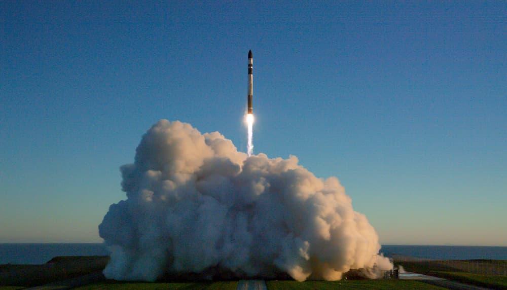 Un cohete Electrón de Rocket Lab despegando