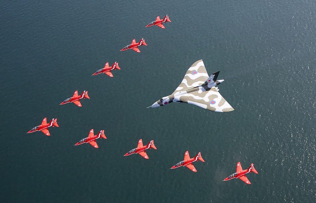 El XH558 acompañado por los Red Arrows en su último vuelo