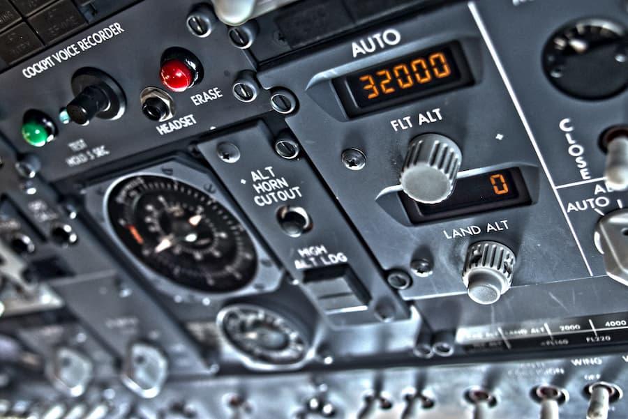 Boeing 737 Instrument Panel (CC) Dan Lohmar @ Unsplash