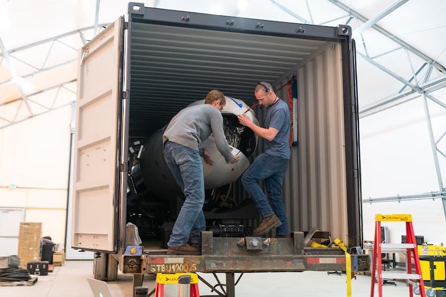 Empleados de Astra abren la cofia del cohete para instalar las cargas útiles – DARPA