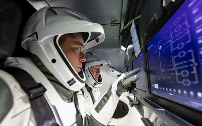 Behnken y Hurley entrenándose para manejar la Crew Dragon - NASA