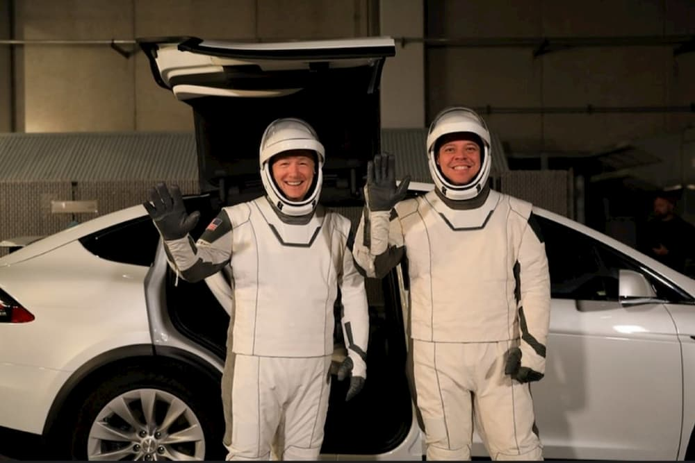 Los dos astronautas frente a un Tesla – SpaceX