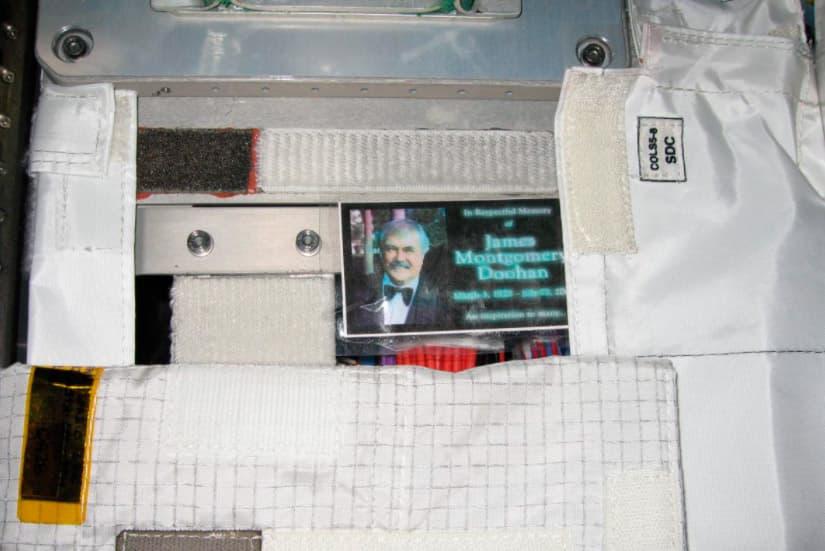 La foto con las cenizas de Scotty que se quedó en la EEI – Richard Garriott