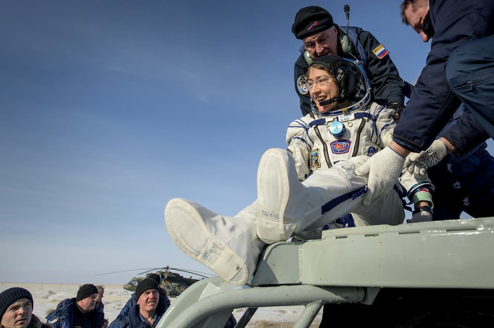 Christina Koch saliendo de la cápsula - NASA/Bill Ingalls