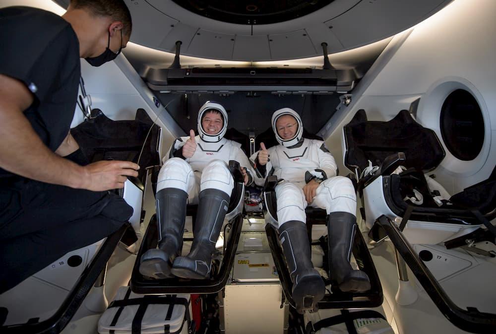Bob Behnken y Doug Hurley saludan tras la apertura de la cápsula - NASA/Bill Ingalls