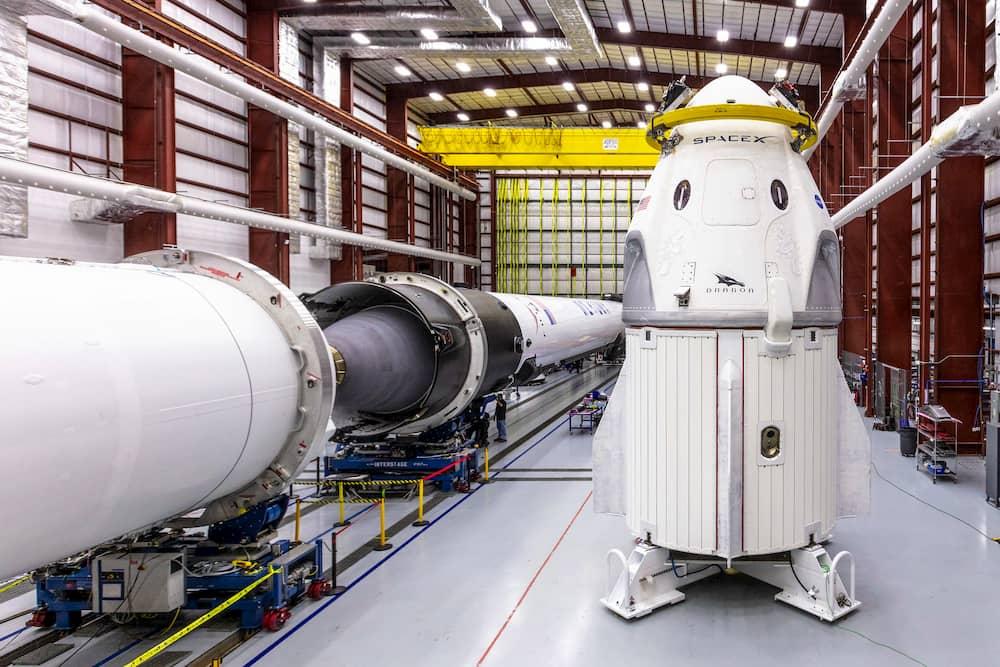 La primera Crew Dragon en ir al espacio en el edificio de emsamblado - SpaceX
