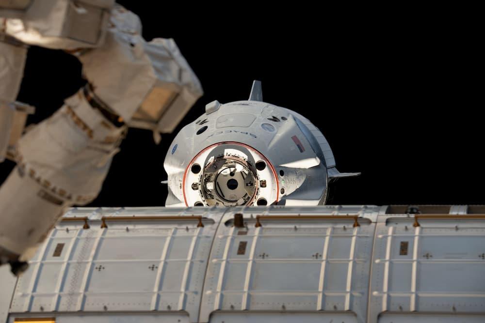 Una Crew Dragon llegando a la EEI – Vía Axiom Space
