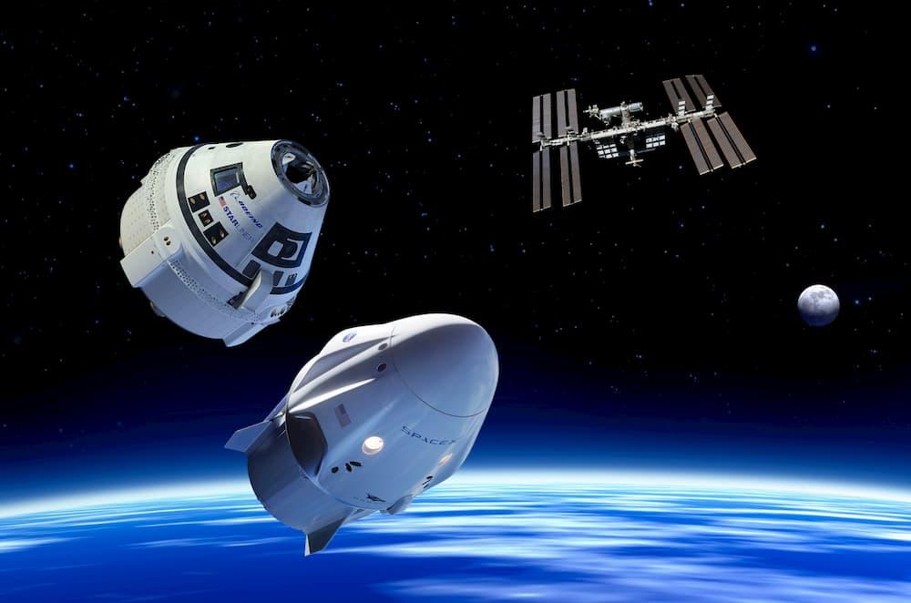 Una Crew Dragon y una Starliner frente a la EEI