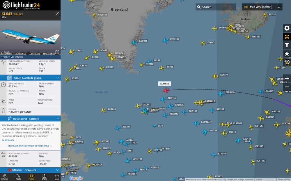 Un vuelo seguido por satélite en FlightRadar24.com