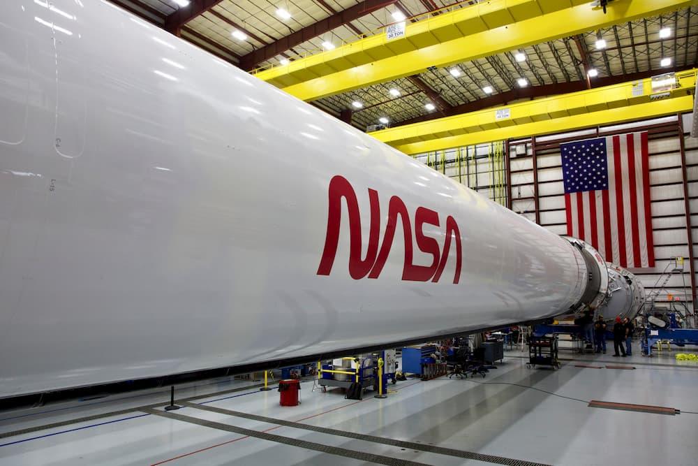 El Falcon 9 para la misión Demo-2 con el logo del gusano - SpaceX