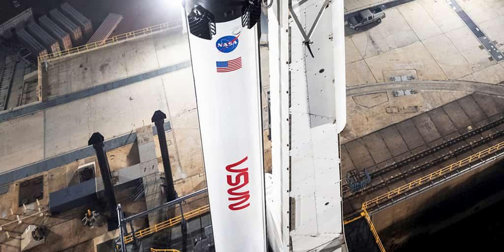 Falcon 9 con el logo del gusano – NASA